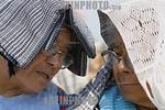Mexico - Tonatico  : Mujeres campesinas de la comunidad de La Audiencia en el llano de Solidaridad . / Mexico : indigenous. / Mexiko : Rentnerinnen sch�tzen sich mit einem Kopftuch vor der  ...