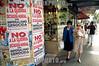 Uruguay - Montevideo  : afiches contra la guerra pegados en un local comercial abandonado en la avenida 18 de Julio, la mas importante de la ciudad . / Uruguay : Crisis. Posters against the war in an abandoned local on the avenue 18 of july, the most important of the city. / Uruguay : Die Strasse 16 de Julio ist die wichtigste Geschäftsstrasse in Montevideo. Passanten. Proteste.<br /> © Sandro Pereyra/LATINPHOTO.org