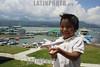 Mexico - Valle de Bravo  : nino juega frente al muelle de la laguna en Valle de Bravo . / Mexico : child. boy. / Mexiko : Ein Junge spielt mit einem Flugzeug. Träume.<br /> © Mario Vazquez/MVT/LATINPHOTO.org