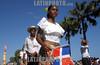 Republica Dominicana  : cientos de miles de personas desfilaron por el malecon, celebrando en carnaval dominicano . La gente  preparo sus mejores disfraces para esta ocasion. / Dominican Republic : hundreds of thousands of people marched past by malecon, celebrating in carnival dominicano.The  people  prepare their better disguises for this occasion. mask. / Dominikanisches Republik : Karneval. Umzug. Farben. Schwarze Frau mit Flagge. Nationalflagge.<br /> © Orlando Barria/LATINPHOTO.org<br /> ()
