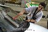 Uruguay - Montevideo  : un joven limpia parabrisas a los autos en los semaforos de la ciudad a cambio de unas monedas . / Uruguay : Crisis. A boy cleans car glasses in the city traffic lights to make some coins. / Uruguay : Ein Junge reinigt Fensterscheiben und erhofft sich damit einen Verdienst.<br /> © Sandro Pereyra/LATINPHOTO.org