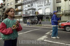 Uruguay - Montevideo  : ninos hacen malabares en los semaforos de la ciudad a cambio de unas monedas . / Uruguay : Crisis. Children act as jugglers were there are traffic lights to make some coins. / Uruguay : Kinder stellen sich bei Rotlicht vor die wartenden Autos und jonglieren mit Bällen. Sie erhoffen sich damit um einen Zusatzverdienst für ihre Familie.<br /> © Sandro Pereyra/LATINPHOTO.org