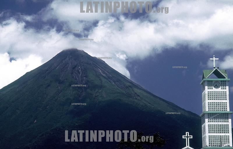 Costa Rica : Volcan Arenal, abril del 2003, Fortuna de San Carlos, Alajuela / Arenal Volcano, San Carlos, Alajuela . / Kirche vor dem Vulkan Arenal. © Andrea Diaz-Perezache/LATINPHOTO.org