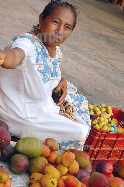 Mexico: Vendedora ambulante de la ciudad de Merida , Edo . de Yucatan. / Mexico: farmer. woman. / Mexiko: Eine indigene Frau verkauft auf dem Markt in Merida Früchte.<br /> ©  Rolando Cordoba/LATINPHOTO.org