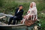 Paraguay: Simon Pedro , el bote . / Paraguay: pensioners. / Paraguay: Der Bootsfahrer Simon transportiert eine alte Frau in San Antonio. �  Fernando Allen/LATINPHOTO.org