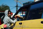 Paraguay : semaforos de Asuncion . con la crisis cada esquina tiene semaforo es un pequeno centro comercial ambulante. se vende de todo de acuerdo a la estacion o la oportunidad. nino. / Par ...