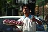 Paraguay : semaforos de Asuncion . con la crisis cada esquina tiene semaforo es un pequeno centro comercial ambulante. se vende de todo de acuerdo a la estacion o la oportunidad. fresas. / Paraguay : Street vendors. With the crisis and the difficult economical situation , each corner and light post has become a moving comercial center. Any kind of things is sold depending on the area and the opportunity. / Paraguay : Strassenhändler in den Strassen von Asuncion. Verkauf von Erdbeeren.<br /> ©  Martin Crespo/LATINPHOTO.org