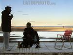 Argentina : Playa centrica . Esta ciudad turistica en la costa del Mar Argentino tiene pocos visistantes en el invierno. Una pareja de marplatenses aprovecha el dia para tomar mate cerca del ...