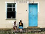 Brasil: Mujeres se sientan en frente de una casa en Tiradentes , en el estado brasileno de Minas Gerais . La ciudad es nombrada por el hombre conocido como