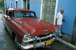 Cuba : En las calles abundan oldtimers . jubilados. puro. / Cuba : oltimer. American cars. cigar. / Kuba : Alte Autos. Amerikanerwagen. Rentnerpaar. Zigarre rauchen. �  Patrick L�thy/LATIN ...