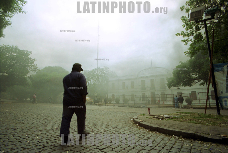 Argentina: Portuario . obrero yendo al puerto en protesta , ano 2001, Rosario, Santa Fe. / Argentina: A port worker going to a protest that took place during the year 2001 in Rosario, Santa Fe. / Argentinien:  Portarbeiter. Protest. ©  Leonardo Vincenti/LATINPHOTO.org
