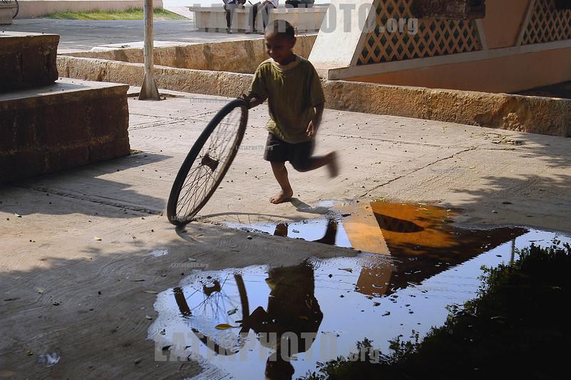 Mexico: Nino jugando con aro . Merida , Yucatan, Mexico. / Mexico: a child plays with a ring on the street in Merida. / Mexiko: Ein Junge spielt mit einem Rad. ©  Rolando Cordoba/LATINPHOTO.org
