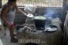 Mexico: Cocina tipica en la poblacion rural maya en Quintana Roo . / Mexico: food. cook. indigenous woman. / Mexiko: Einfache Küche. Eine indigene Frau beim Kochen in Quintana Roo. ©  Rolando Cordoba/LATINPHOTO.org