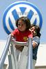 Mexico: Acuerdo en la planta automotriz Volkswagen (VW) de puebla entre la empresa y sindicato con lo que se evita el despido de dos mil trabajadores . Se reduce la jornada laboral a cuatro dias de trabajo por tres de descanso durante seis meses y se realizaran paros tecnicos el priemro de ellos este viernes. / Mexico: Volkswagen logo. / Mexiko: Passanten vor dem Firmenlogo des deutschen Autoherstellers Volkswagen (VW). Wirtschaft.<br /> ©  Juan Carlos Rojas/LATINPHOTO.org