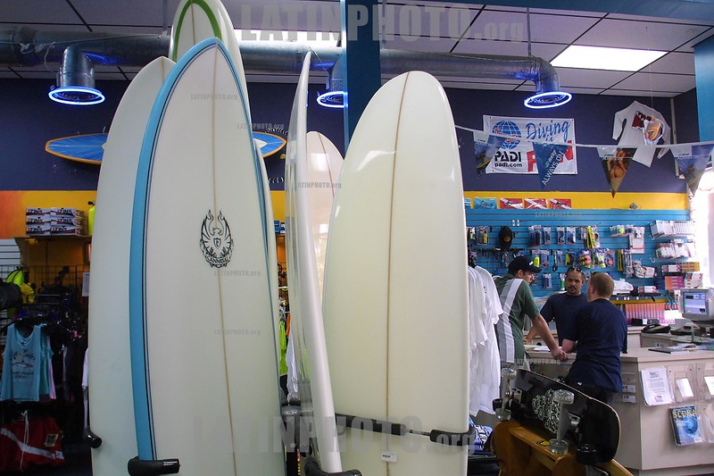 EEUU : Jovenes de rigen Latinoamericano practican surf en las playas de Miami Beach en la Florida. tienda. / USA: Young of they govern Latin American they go surfing in the beaches of Miami Beach in the Florida. shop. / Amerika - Florida: Jugendliche aus Lateinamerika surfen in der Bucht von Miami. Urlaub. Ferien. Wellenreiter. Surfbrett. Verkauf von Surfbrettern in einem Geschäft in Miami. Verkaufsladen. © Mario Vazquez/MVT/LATINPHOTO.org