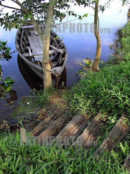 Argentina - Formosa - Isla de Oro (25/07/04)  : bote y escalera. / Argentina : Boat and stairs. / Argentinien : Boot und Treppe.<br /> © German Falke/LATINPHOTO.org