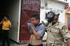 Venezuela : Herido duranteallanamiento de la Disip en Barcelona - Venezuela. / Venezuela: chavez supporters and opposition during a confrontation. / Venezuela: Militäreinsatz während einer Konfrontation zwischen Chavez - Anhänger und Oppositionelle. © Juan Carlos Hernandez/LATINPHOTO.org