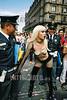 Mexico : Marcha por el orgullo gay. Ciudad de Mexico 27 de junio 2004. travestis. policia. / Mexico: Lesbian and Gay Parade. transvestites. / Mexiko: Lesben und Schwule an der Gay Parade in Mexiko. Transvestite. Ein Transsexueller wird gegenüber der Polizei handgreiflich. © Demian Chavez/LATINPHOTO.org