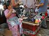 Chile : ambulante maquilla. pobreza. / Chile: peddler. / Chile: Strassenhändler. Strassenhändler. Bettlerin. Armut in Santiago. Indigene Frau. © Jennifer Ross/LATINPHOTO.org