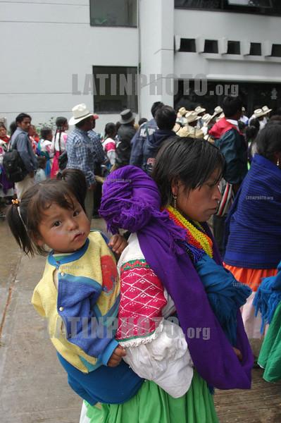 Mexico - Oaxaca : Decenas de hombres, mujeres y ninos indigenas procedentes de 18 comunidades de la Region de la Mixteca fueron trasladados  en 20 camiones hacia la capital del estado de Oaxaca,para manifestarse en las afueras de las oficinas gubernamentales de la Secretaria de Desarrollo Social (SEDESOL), ya que dicha institucion no ha liberado el millon y medio de pesos que prometio a las comunidades,  para iniciar proyectos que tienen el objetivo de fomentar el desarrollo del agro en Oaxaca. / Mexico: indigenous farmers protest in Oaxaca. woman with child. / Mexiko: Indigene Bauern demonstrieren in Oaxaca. Eine indigene Mutter trägt ihr Kind in einem Tragtuch. Mädchen. Tracht. India. © Jorge Luis Plata/LATINPHOTO.org