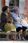 Brasil : Mujeres descansan en un banco de lavras novas, un pueblo fundado por esclavos fugitivos con 1,500 metros de altidud en el estado de minas gerais. jubiladas. / Brazil: Women sit on a ...