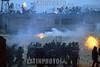 Guatemala : Agentes de la policia enfrentan a varios<br /> reclusos que se amotinaron en la granja penal,<br /> (pavoncito) reclusorio para condenados. / Guatemala: crisis. / Guatemala: Polizeieinsatz. © Esbin Garcia/LATINPHOTO.org