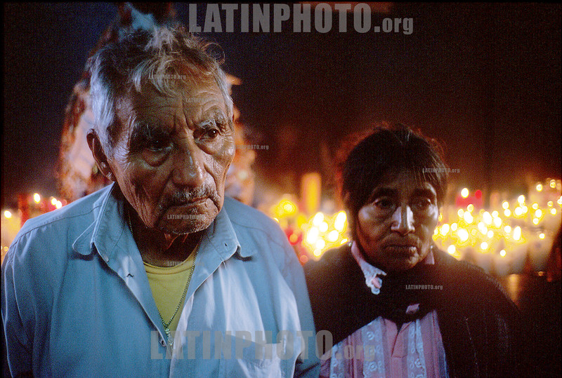 Mexico : Pareja de ancianos peregrinos en el santuario de Juquila, 7 de agosto de 2004 en Oaxaca. / Mexico: Old pilgrim couple at Juquila's sanctuary, August 7, 2004 Oaxaca. / Mexiko: Pilger in Oaxaca. Opferkerzen. © Pablo Aguinaco/LATINPHOTO.org