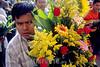 Mexico : Peregrino con ofrenda en el santuario de Juquila, 7 de agosto de 2004 en Oaxaca. / Mexico: Pilgrim with offer at Juquila's sanctuary, August 7, 2004 Oaxaca. / Mexiko: Blumenverkäufer. Blumenhändler. © Pablo Aguinaco/LATINPHOTO.org