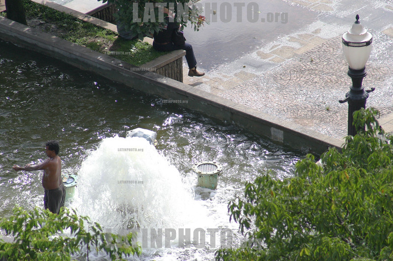 Brasil : Sao Paulo. poverty. / Brazil: Chower in fountain downtown  Sao Paulo. / Brasilien: Ein Obdachloser wäscht sich bei einem Brunnen in Sao Paulo. © Mario Lalau/LATINPHOTO.org
