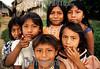 Panama: ninos cuna mira en la comunidad de Pintupo a orillas del Rio Bayano en el este de la ciudad de Panama , frontera con la selva del Darien . / Panama: children indigenous. / Panama: Indigene Kinder. © Tito Herrera B./LATINPHOTO.org