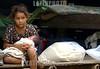 Nicaragua - Alamikamba: Ninos miskitos en Alamikamba , 400 kilometros al norte de la capital, en el atlantico norte . Alamikamba es la region mas pobre del pais donde solo el 39.4 % de la poblacion sabe leer y escribir, el 65.8 por ciento de los ninos y ninas asisten a la escuela primaria y el 17.6 por ciento asisten a la escuela secundaria. tribu. rio. una nina guarda un bebe. / Nicaragua: Miskitos indigenous. / Nikaragua: Indigene Bevölkerung der Miskitos. Ein Mädchen mit Kleinkind. Baby. Betreuung. © Navarrete/LATINPHOTO.org