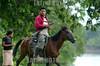 Nicaragua - Alamikamba: Ninos miskitos comen cana en su casa de tambo en Alamikamba , 400 kilometros al norte de la capital, en el atlantico norte . Alamikamba es la region mas pobre del pais donde solo el 39.4 % de la poblacion sabe leer y escribir, el 65.8 por ciento de los ninos y ninas asisten a la escuela primaria y el 17.6 por ciento asisten a la escuela secundaria. tribu. / Nicaragua: Miskitos indigenous. man with horse. gun. caballo. campesino. / Nikaragua: Indigene Bevölkerung der Miskitos. Reiter. Pferd. Schusswaffe. © Navarrete/LATINPHOTO.org
