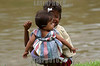 Nicaragua - Alamikamba: Ninos miskitos en Alamikamba , 400 kilometros al norte de la capital, en el atlantico norte . Alamikamba es la region mas pobre del pais donde solo el 39.4 % de la poblacion sabe leer y escribir, el 65.8 por ciento de los ninos y ninas asisten a la escuela primaria y el 17.6 por ciento asisten a la escuela secundaria. tribu. rio. / Nicaragua: Miskitos indigenous. / Nikaragua: Indigene Bevölkerung der Miskitos. Kinder am Fluss. © Navarrete/LATINPHOTO.org
