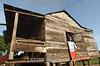 Nicaragua - Alamikamba: Ninos miskitos comen cana en su casa de tambo en Alamikamba , 400 kilometros al norte de la capital, en el atlantico norte . Alamikamba es la region mas pobre del pais donde solo el 39.4 % de la poblacion sabe leer y escribir, el 65.8 por ciento de los ninos y ninas asisten a la escuela primaria y el 17.6 por ciento asisten a la escuela secundaria. tribu. / Nicaragua: Miskitos indigenous. / Nikaragua: Indigene Bevölkerung der Miskitos. Holzhütte. Holzpfahlbau. © Navarrete/LATINPHOTO.org