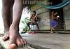 Nicaragua - Alamikamba: Ninos miskitos comen cana en su casa de tambo en Alamikamba , en el atlantico norte . Alamikamba es la region mas pobre del pais donde solo el 39.4 % de la poblacion sabe leer y escribir, el 65.8 por ciento de los ninos y ninas asisten a la escuela primaria y el 17.6 por ciento asisten a la escuela secundaria. tribu. rio. con los pies descalzos. / Nicaragua: Miskitos indigenous. / Nikaragua: Indigene Bevölkerung der Miskitos. Kinder barfuss vor einer Holzhütte. Barfuß. © Navarrete/LATINPHOTO.org