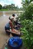 Nicaragua - Alamikamba: Ninos miskitos en Alamikamba , 400 kilometros al norte de la capital, en el atlantico norte . Alamikamba es la region mas pobre del pais donde solo el 39.4 % de la poblacion sabe leer y escribir, el 65.8 por ciento de los ninos y ninas asisten a la escuela primaria y el 17.6 por ciento asisten a la escuela secundaria. tribu. rio. lavar la ropa. rio. / Nicaragua: Miskitos indigenous. / Nikaragua: Indigene Bevölkerung der Miskitos. Fluss. Wäsche waschen. © Navarrete/LATINPHOTO.org