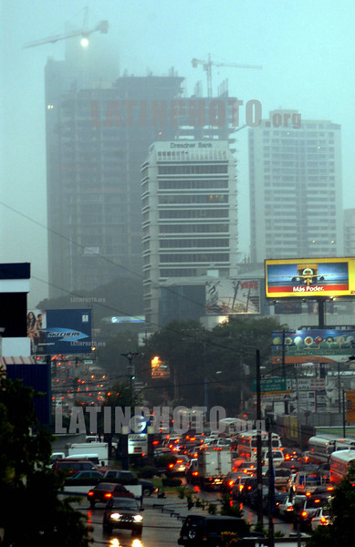 Panama: fuertes lluvias y nuves cubren los edificios en la hora de mayor trafico en la Calle 50 ,  el centro del area bancaria de la ciudad de Panama . crepusculo.  / Panama: blocks o flats. dawn. twilight. fog. / Panama: Hochhäuser. Verkehr in der Dämmerung. Autos. Stau. © Tito Herrera B./LATINPHOTO.org