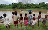 Nicaragua - Alamikamba: Ninos miskitos en Alamikamba , 400 kilometros al norte de la capital, en el atlantico norte . Alamikamba es la region mas pobre del pais donde solo el 39.4 % de la poblacion sabe leer y escribir, el 65.8 por ciento de los ninos y ninas asisten a la escuela primaria y el 17.6 por ciento asisten a la escuela secundaria. tribu. rio. / Nicaragua: Miskitos indigenous. / Nikaragua: Indigene Bevölkerung der Miskitos. Kinder am Fluss. Boot. © Navarrete/LATINPHOTO.org