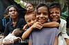 Nicaragua - Alamikamba: Ninos miskitos en Alamikamba , 400 kilometros al norte de la capital, en el atlantico norte . Alamikamba es la region mas pobre del pais donde solo el 39.4 % de la poblacion sabe leer y escribir, el 65.8 por ciento de los ninos y ninas asisten a la escuela primaria y el 17.6 por ciento asisten a la escuela secundaria. tribu. rio. familia. bebe. caras. / Nicaragua: Miskitos indigenous. / Nikaragua: Indigene Bevölkerung der Miskitos. Mutter mit Kleinkind. Baby. Betreuung. Kinder. Holzhütte. Gesichter. © Navarrete/LATINPHOTO.org