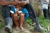 Nicaragua - Alamikamba: Ninos miskitos en Alamikamba , 400 kilometros al norte de la capital, en el atlantico norte . Alamikamba es la region mas pobre del pais donde solo el 39.4 % de la poblacion sabe leer y escribir, el 65.8 por ciento de los ninos y ninas asisten a la escuela primaria y el 17.6 por ciento asisten a la escuela secundaria. tribu. rio. / Nicaragua: Miskitos indigenous. / Nikaragua: Indigene Bevölkerung der Miskitos. Ein Bauer wartet mit seinem Sohn. Gummistiefel. © Navarrete/LATINPHOTO.org
