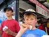 Tessin: Kinder essen Glace.