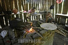 Guatemala: Unas hermanas en Rubelsalto, Alta Verapaz se aprestan a cocinar los alimentos que seran llevados por los hombres de la familia que trabajan en el campo . pobreza. / Guatemala: indigenous kitchen. / Guatemala: Indigene Küche in einer Holzhütte. Feuer. Herd. Kinder.  © Jesus Alfonso/LATINPHOTO.org