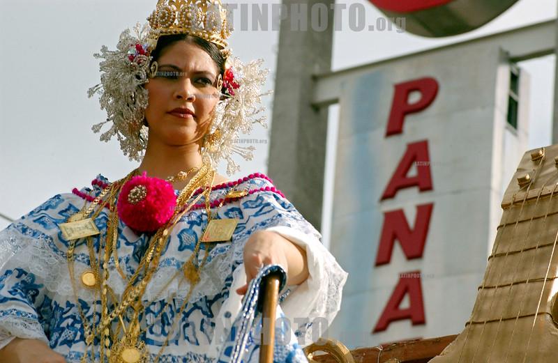 """Panama - Panama City: El """"desfile de las Mil Polleras"""" es tradional en la Ciudad de Panama, y en el participan los principales grupos culturales y etnicos del pais . La Polleras son el traje tipico de la mujer en Panama.  / Panama: Parade of the one thousan Polleras is traditional of Panama City and in it, he main cultural and etnic groups of Panama take parts in it.  The Polleras are the titpical female dress of Panama. Panama's folklore is fully expressed in its traditional dances, its colorful """"Pollera"""". / Panama: Frauen tragen die Nationatracht Pollera. Folklore. Tracht.  © Tito Herrera/LATINPHOTO.org"""