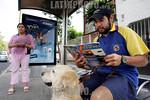 Mexico: Un joven lee una revista especializada en Objetos Voladores No Identificados (OVNIS) en una parada de autobus en la ciudad de Mexico . / Mexico (01.06.2005) A Mexico youngster reads  ...