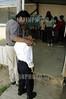 Mexico - Oaxaca: Mas de 85 mil ninos ingresaron a las escuelas primarias en el estado de Oaxaca para iniciar el nuevo ciclo escolar 2004-2005 . Algunos quisieron quedarse afuera ente le pena que ocasiono el primer dia de escuela. / Mexico: Indian school children in Oaxaca. / Mexiko: Erster Schultag für indigene Kinder in Oaxaca. Ein Vater begleitet seinen noch etwas ängstlichen und scheuen Sohn in die Schule.  © Jorge Luis Plata/LATINPHOTO.org