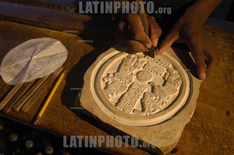 Guatemala: Miembros de la comunidad Cancuen, fabrican replicas de piezas arqueologicas para vender a los turistas .  © Jesus Alfonso/LATINPHOTO.org