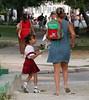 Cuba: Sin ella, yo no estaria escribiendo hoy estas letras, ni hubiera podido ofrecer estas modestas imagenes en el dia que la humanidad escogio para agasajarlas . Que todo el carino y la felicidad que guardamos para el segundo domingo de cada mes de mayo, se extiendan a traves de cada dia de nuestras vidas. / Cuba: mother with child. / Kuba: Eine kubanische Mutter begleitet ihre Tochter in die Schule. Das Mädchen trägt eine Schuluniform.  © Randy Rodriguez Pages/AIN/LATINPHOTO.org