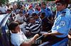 Nicaragua - Managua (21/09/2005) Paro del Transporte urbano colectivo en la capital arresto policia nacional la policia nacional detienen choferes / Nicaragua : Public transit workers are detained during the transportation strike in Managua Nicaraguan transportation workers are on strike demanding higher salaries / Nikaragua: Streik der Transportarbeiter in Managua Die Arbeiter verlangen höhere Löhne Die Polizei verhaftet streikende Buschauffeure © Oscar Navarrete/LATINPHOTO.org