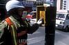 Bolivia : La Paz Mujer policia controla el semaforo para la coordinacion del transito La Paz , Bolivia / Woman police controls the traffic light for the transit coordination La Paz, Bolivia / Bolivien: Eine Politesse kontrolliert eine Verkehrsampel in La Paz © Alejandro Rustom/LATINPHOTO.org
