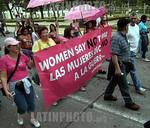 Venezuela : Delegados al VI Foro Social Mundial marchan por la Avenida de los Proceres en la inauguracion del Foro 24 de enero de 2006 mujeres contra la guerra / World Social Forum's delegat ...